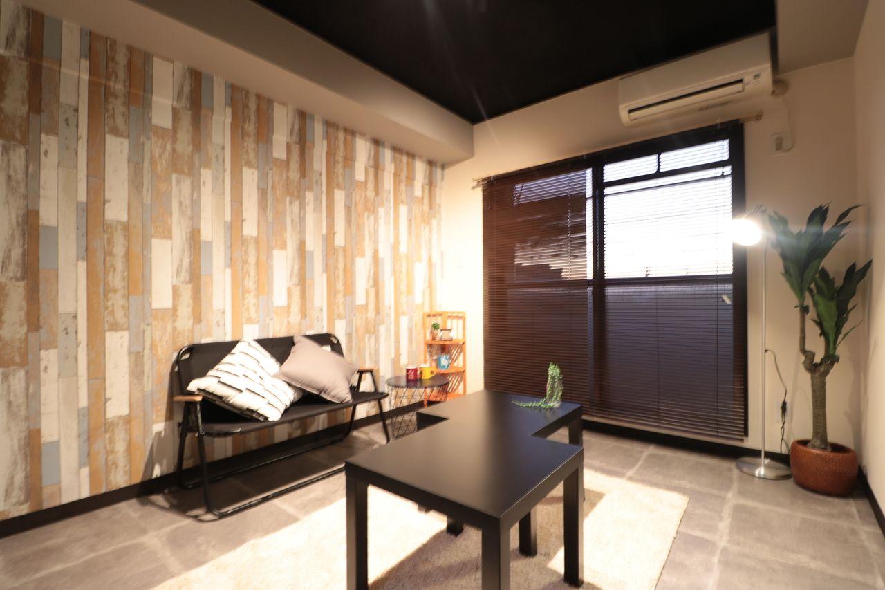 黒×木目のデザインルーム