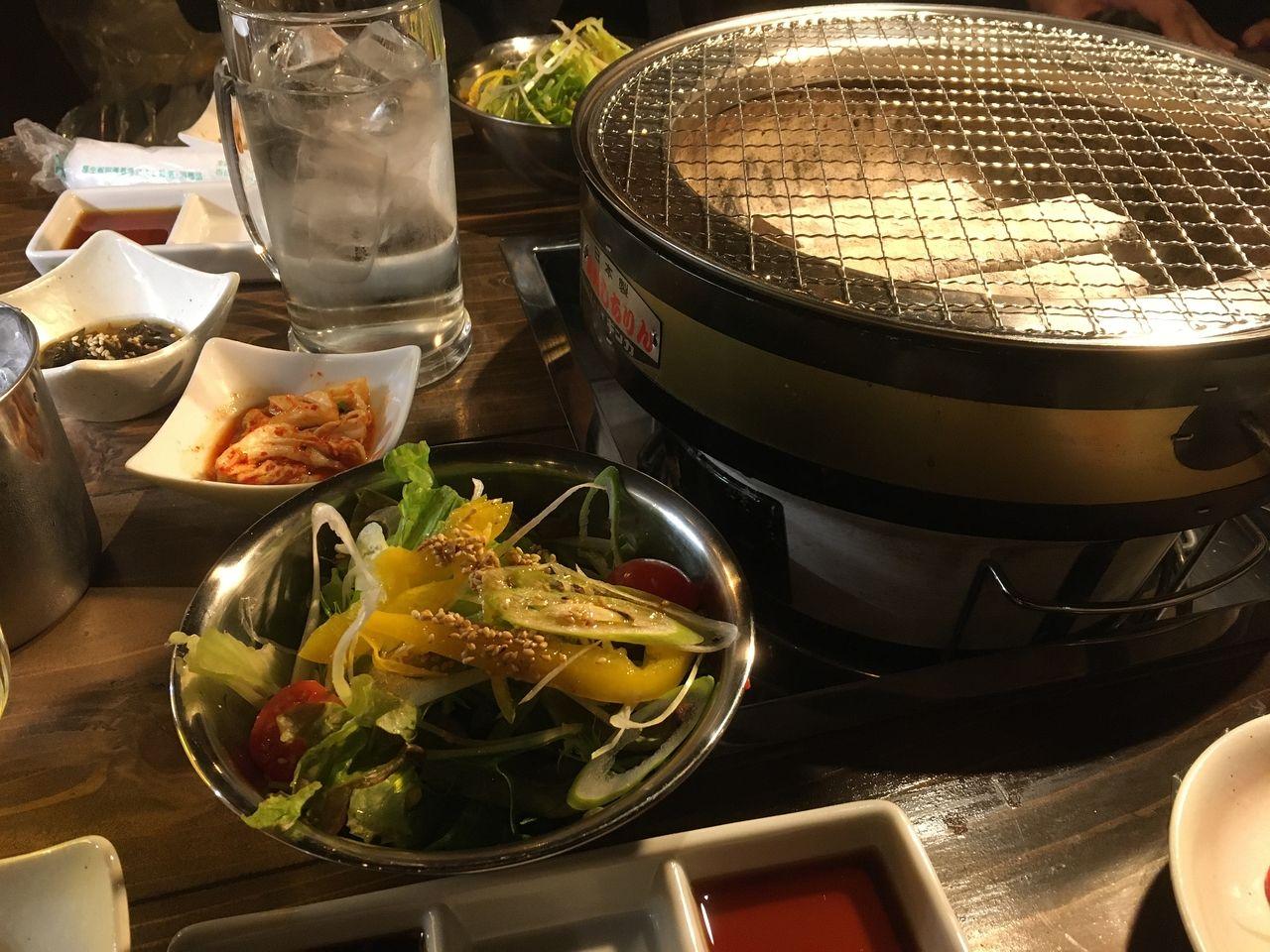 ご飯、キムチ、サラダ、味噌汁、小鉢のついたセット